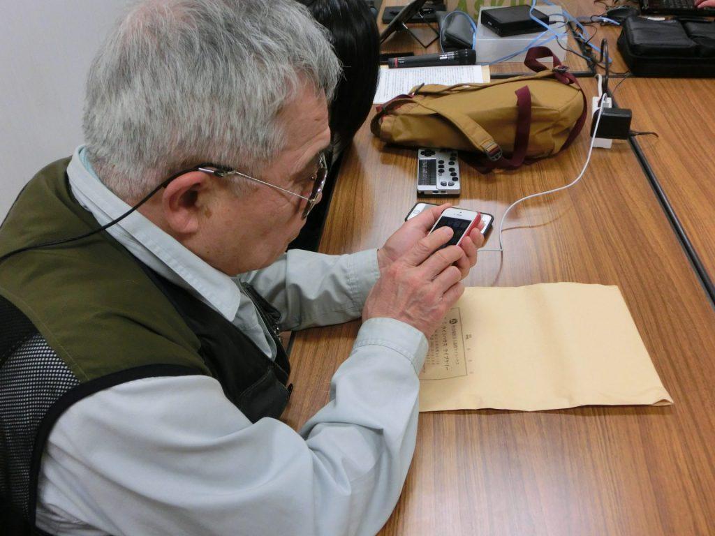 サポート講師と一緒にiPhoneのボイスオーバーを活用し操作練習をしている写真です
